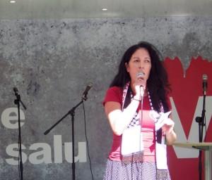 Jeannette Escanilla, förstanamn på landstingslistan, talar på valkarnevalen.